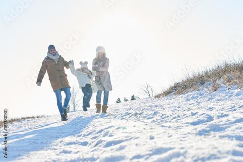 Foto Murales Glückliche Familie geht im Schnee spazieren