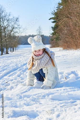 Mädchen spielt glücklich im Schnee