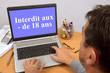 Quadro Homme surfant sur un site internet interdit aux moins de 18 ans