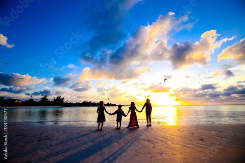 Plexiglas Strand Holding hands at Sunset