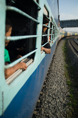 Foto Murales looking out train window, India