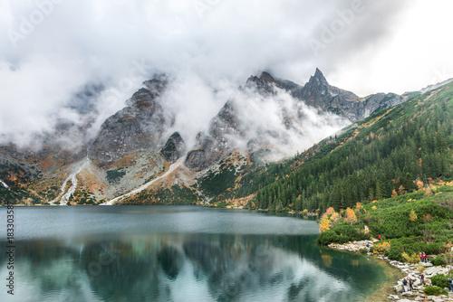 Zachmurzone szczyty nad jeziorem. Mnich nad Morskim Okiem