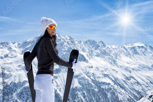 Foto op Canvas Wanddecoratie met eigen foto Beautiful brunette woman with ski