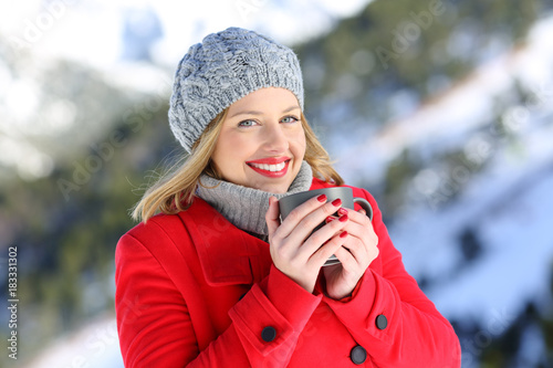 Papiers peints Cafe Happy woman posing in the mountain in winter