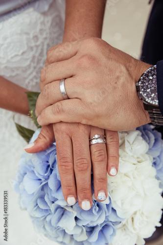 Plexiglas Hydrangea Brautpaar Hand in Hand mit Brautstrauß