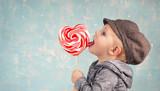 kleiner Junge mit Herz-Lollipop - 183340167
