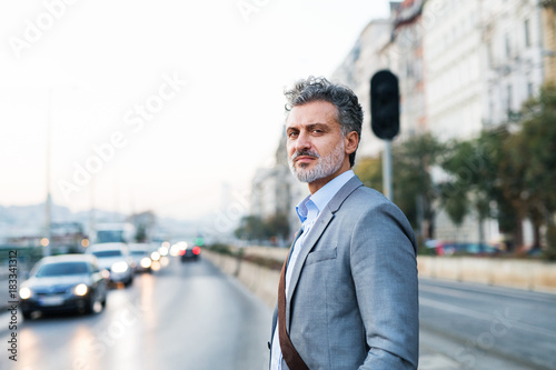 Plexiglas Boedapest Mature businessman in a city.