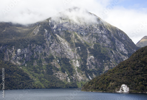In de dag Grijs New Zealand's Fiordland Park Mountains