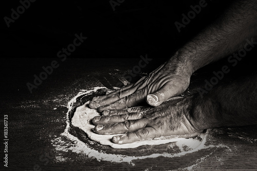 Foto op Canvas Pizzeria Handarbeit Teig Pizzabäcker