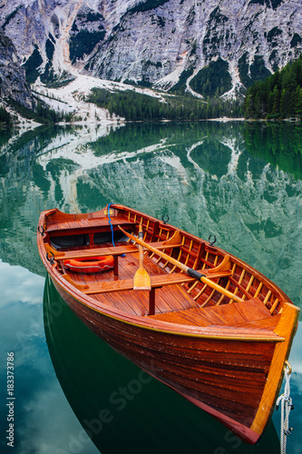 Deurstickers Bergen Ruderboot auf dem Pragser Wildsee
