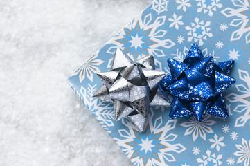 Niebieskie pudełko ze wstążką  na białym tle