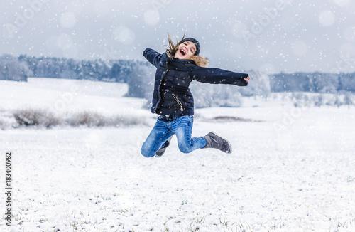 Foto Murales kind freut sich über den schnee