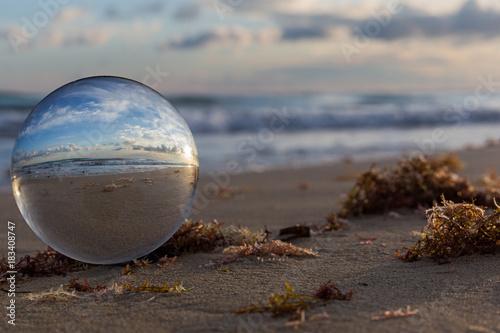 Plexiglas Strand Arte attraverso la sfera di cristallo