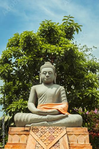 In de dag Boeddha A buddha statue outside Wat Sangker, in Battambang, Cambodia