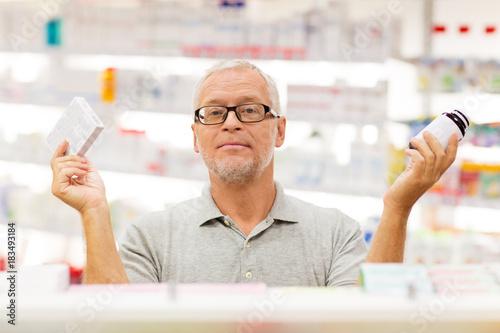 In de dag Apotheek senior male customer choosing drugs at pharmacy