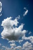 Weiße Wolken und blauer Himmel - 183494762