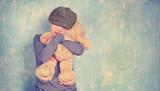 Junge mit Teddy - 183512364
