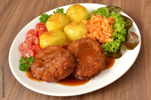 kotlet mielony z ziemniakami surówką i pomidorem