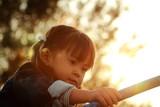 夕方の公園で遊ぶ幼児(3歳児) - 183542195