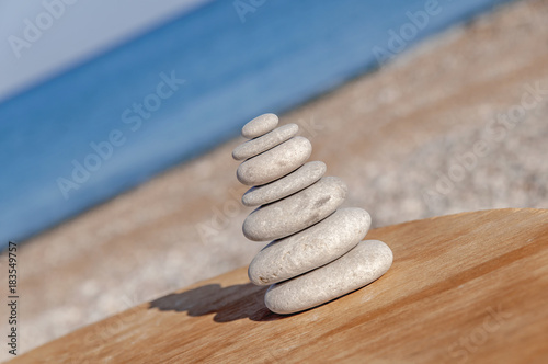 In de dag Spa Zen stone at wooden table with blue sea background
