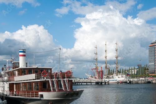 Windjammer und Raddampfer zu Gast bei der Kieler Woche Poster