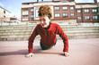 Mujer joven que empieza a hacer ejercicio de flexiones