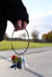 eine Hand hält ein Bündel mit schlüsseln - 183630371