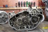 ein offenes getreibe eines Motorradmotors - 183631127