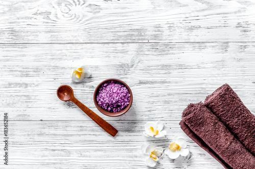Papiers peints Lavande Lavender bath salt on wooden background top view copyspace