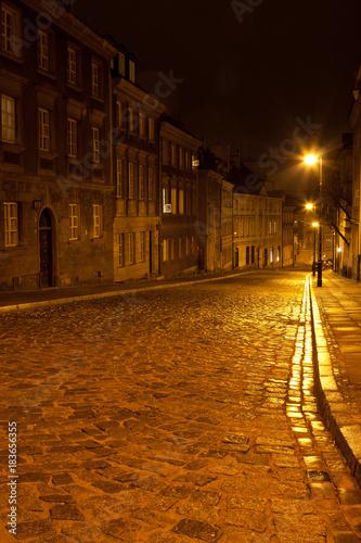 ulica-mostowa-w-warszawie-w-godzinach-wieczornych-z-latarniami