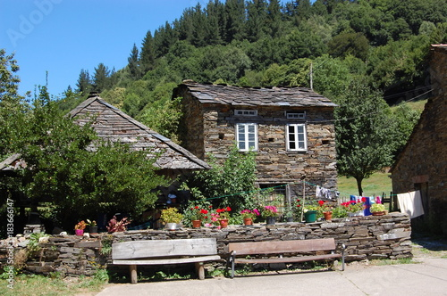 Deurstickers Khaki Asturias, España. Maravillosa mansion alpina con parterre de flores y bancos. Wonderful alpine mansion with flower beds and benches