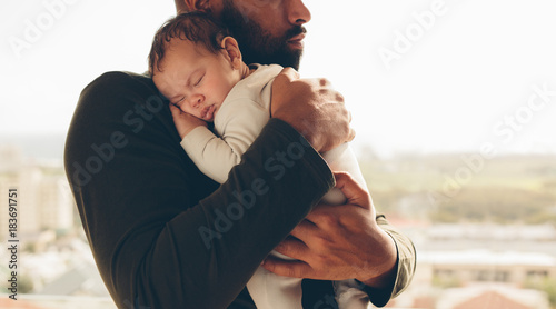 Foto op Aluminium Hoogte schaal Newborn baby boy in his father's arms