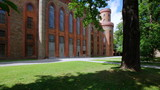 Niesamowita fasada pałacu w Kamieńcu Ząbkowickim na Dolnym Śląsku - baszta z czerwonej cegły - 183706563