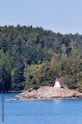 Staande foto Canada Kleiner Leuchtturm an der Küste der Gulf Islands bei Vancouver Island, British Columbia, Kanada.