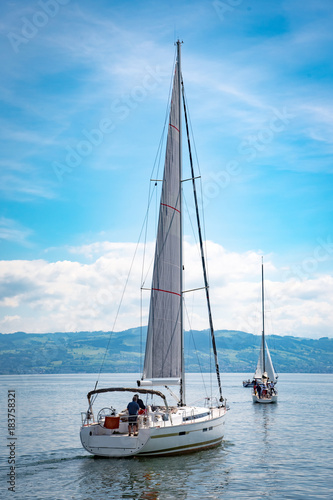 Segelboot mit gesetzten Segel auf den Bodensee am fahren Poster