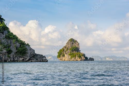 Keuken foto achterwand Blauwe hemel Seascape of Ha Long bay in Ha Long, Quang Ninh province, Vietnam. Ha Long bay is natural haritage of the world.