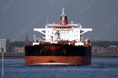 Aluminium Antwerpen schwarzer Tanker passiert Terneuzen
