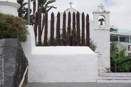 Tuinposter Baksteen muur Alter Holzzaun auf einer weißen Mauer