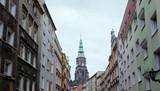 Widok zabytkowej, starej ulicy w Świdnicy z górującą wieżą Katedry św. Stanisława i św. Wacława