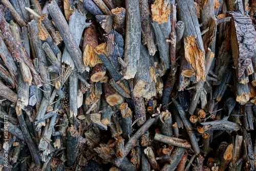 Staande foto Brandhout textuur мелкие сосновые серые дрова в куче на улице