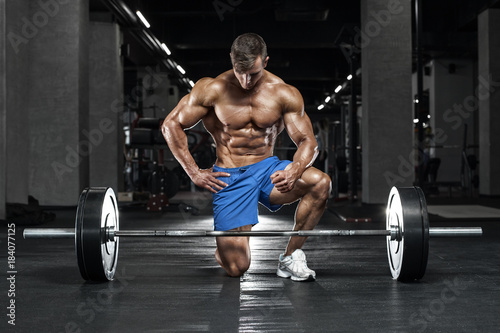 Poster Muscular man working out in gym, bodybuilder. Strong male naked torso abs