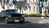 Amerikanischer schwarzer Buick Oldtimer mit weissem Dach auf der Strasse in Havana City Cuba - Serie Cuba