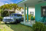 Amerikanischer silber Pontiac  Oldtimer parkt im Vorgarten eines Hauses in Varadero Cuba - Serie Cuba Reportage