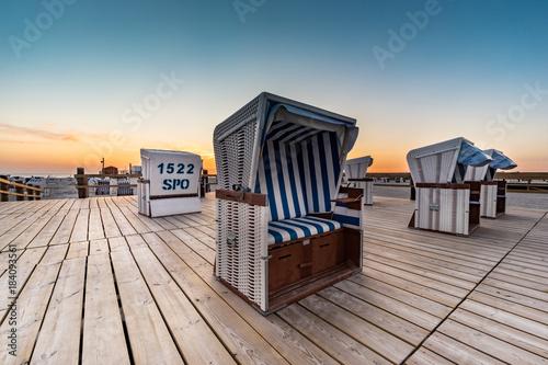 Plexiglas Strand Strandurlaub an der Nordsee, verlassene Strandkörbe am Abend bei St. Peter Ording