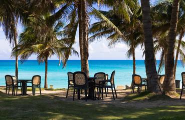 Karibischer Strand in Cuba mit Stuhl und Tisch zum relaxen - Serie Cuba Reportage