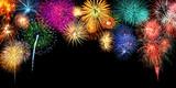 Großes Silvester Feuerwerk als Rahmen Hintergrund mit Textfreiraum - 184112106