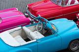Amerikanische Pontiac, Dodge und Chevrolet Cabriolet Oldtimer in der Draufsicht in Havanna City Cuba - Serie Cuba Reportage