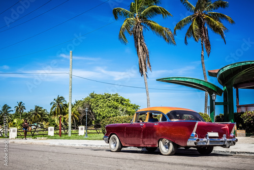 HDR - Amerikanischer roter Chevrolet Oldtimer parkt am Strand unter Palmen in Varadero Cuba - Serie Cuba Reportage