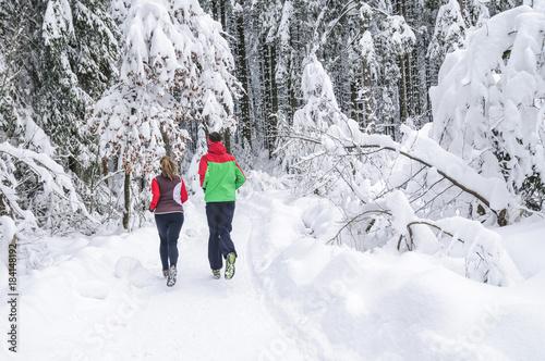 Deurstickers Jogging Ausdauertraining zu zweit im Winterwald