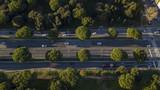 Vista aerea di un tratto della via Cristoforo Colombo a Roma, in Italia. Ci sono delle macchine su entrambe le corsie di marcia.